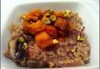 אורז מלא טבעוני כתום ומתוק עם גזרים, פטריות ובצלים סגולים ועם דלעת ובטטות אפויות.