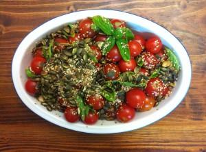 סלט עגבניות שרי עם גרעיני דלעת, שומשום ובזיליקום טרי מתכונים טבעוניים של השוחטת הטבעונית יעלי שוחט