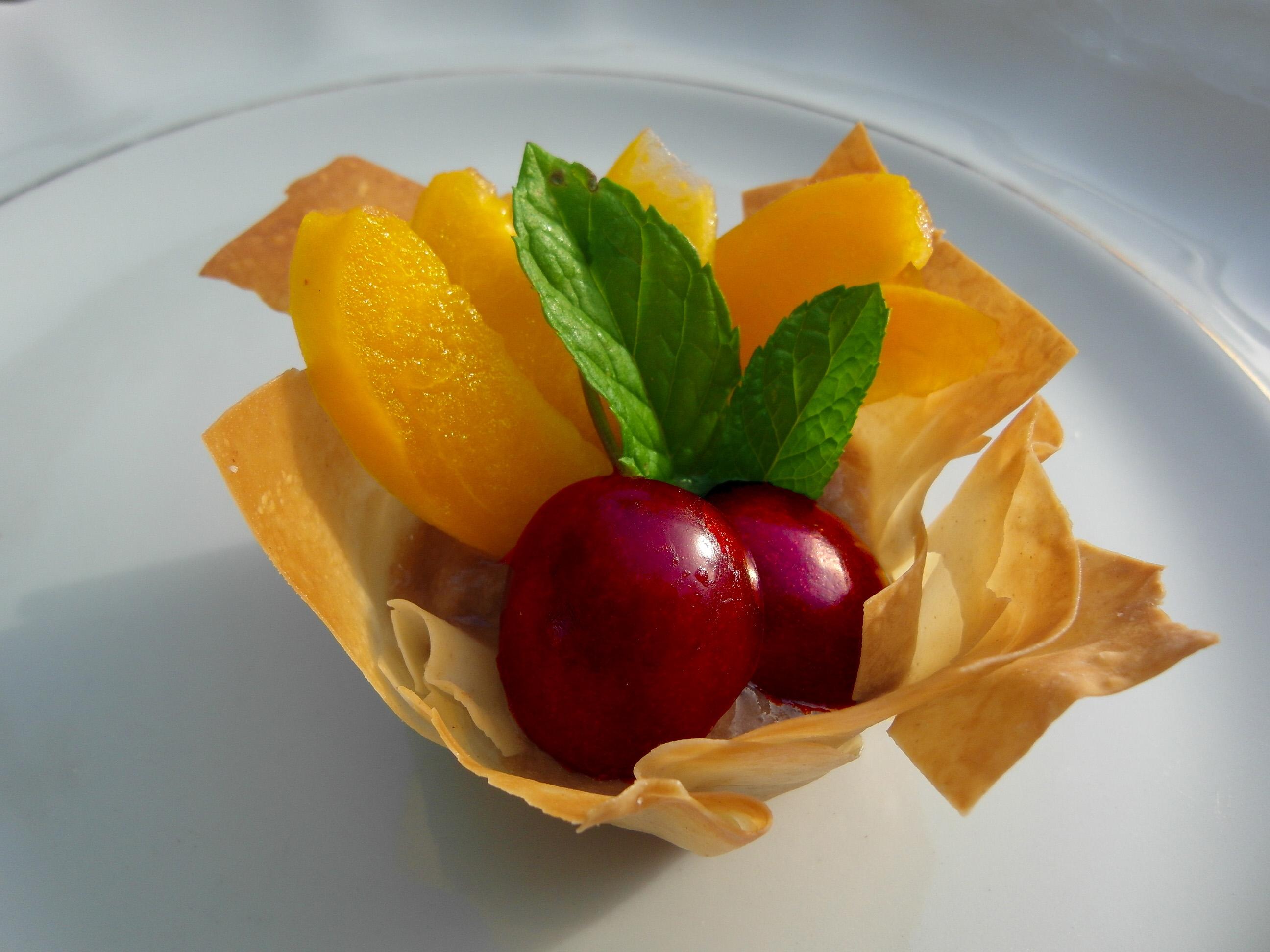 פרחים פריכים עם פירות טריים במילוי קרם בננה-וניל חג שבועות טבעוני